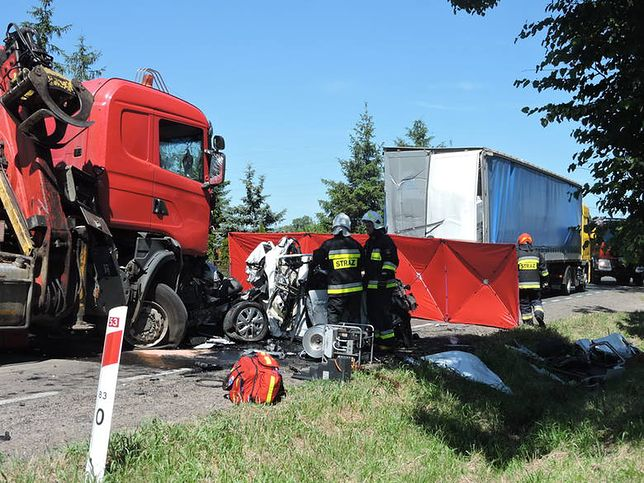 Tragedia na Mazowszu. Ciężarówka zmiażdżyła samochód osobowy