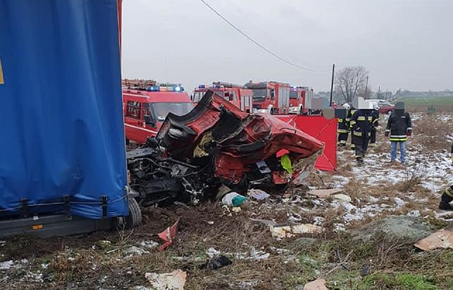 Chociszewo. Ciężarówka wjechała pod pociąg. Kierowca nie żyje