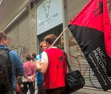 Zwolniono pracowników popularnej wegańskiej restauracji! Trwa protest przed lokalem