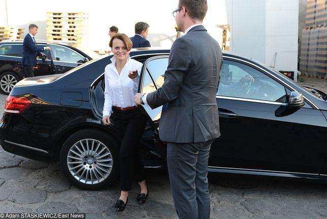 Minister Emilewicz rządowym autem w prywatnych celach. Za kółkiem mąż