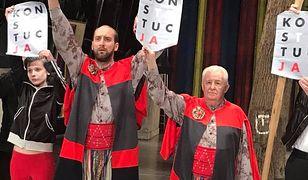 Aktorzy Teatru Starego w Krakowie protestują ze sceny