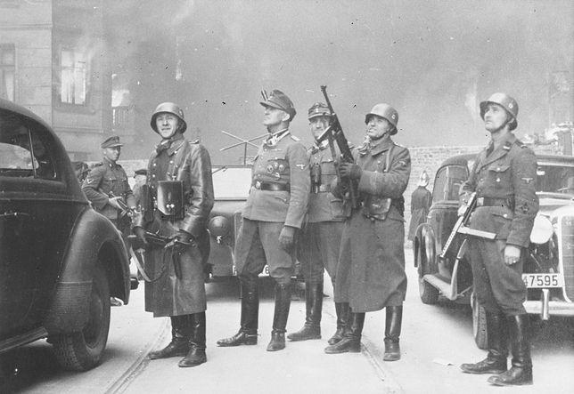 Warszawa. Gen. Jurgen Stropp, dowódca SS w otoczeniu oficerów na terenie walczącego getta warszawskiego