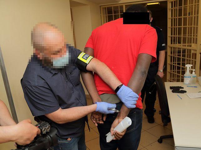 Warszawa. Policjanci zatrzymali obywatela Nigerii za cyberprzestępstwa (zdjęcie z zatrzymania we Wrocławiu)