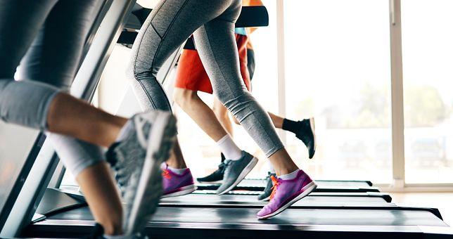 Bieganie na bieżni jest dobrym rozwiązaniem dla osób, które nie lubią biegać w zmiennych warunkach atmosferycznych.
