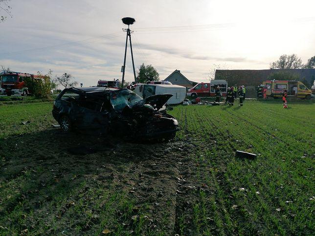 Wypadek w Łuszkowie. Po zderzeniu oba pojazdy wylądowały w polu