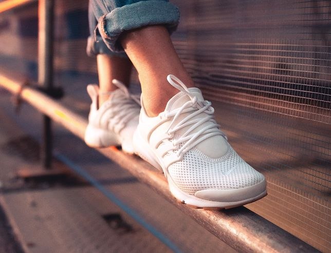 Nosimy je do jeansów i letnich sukienek - białe sneakersy