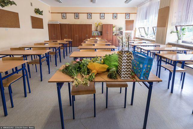 Kwiaty i czekoladki, a może bon prezentowy albo weekend w spa? Jakie prezenty dla nauczycieli szykują rodzice?