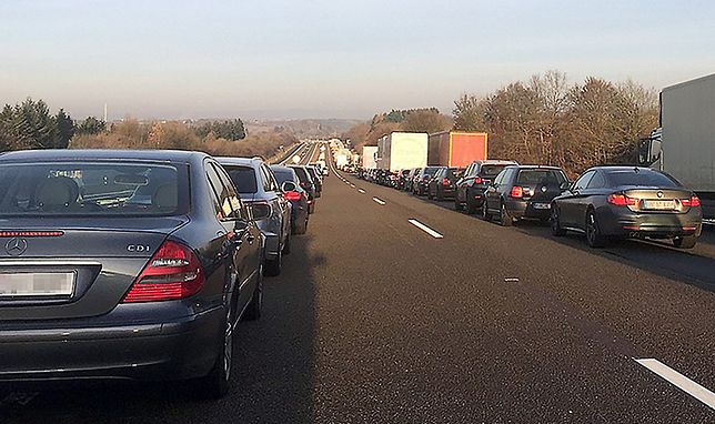 Na zdjęciu wzorcowy przykład zachowania kierowców na autostradzie w przypadku zatoru spowodowanego kolizją