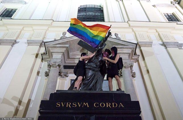 Warszawa. Dwie kobiety, które rozwiesiły tęczowe flagi na pomnikach, zostały zatrzymane