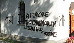 """Napis """"A furore Normannonum libera nos Domine"""" (Przed wściekłością Normanów uchowaj nas Panie) na ścianie kaplicy"""