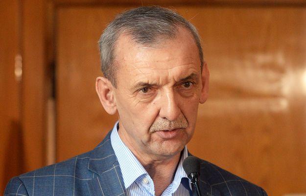 """Kasjer z Biedronki zarobi tyle, co nauczyciel. """"Premier niech się wstydzi"""""""