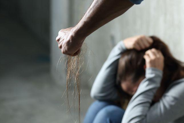 Boi się, że były mąż zabije ją i ich dzieci. Mężczyzna nadal może z nimi mieszkać