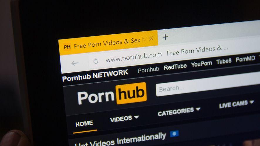 Niesłyszący mężczyzna pozywa PornHub. Przez brak napisów nie zrozumiał filmu