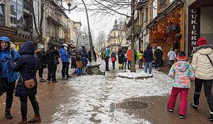 Tłumy w Zakopanem. Do restauracji na Krupówkach ustawiają się długie kolejki