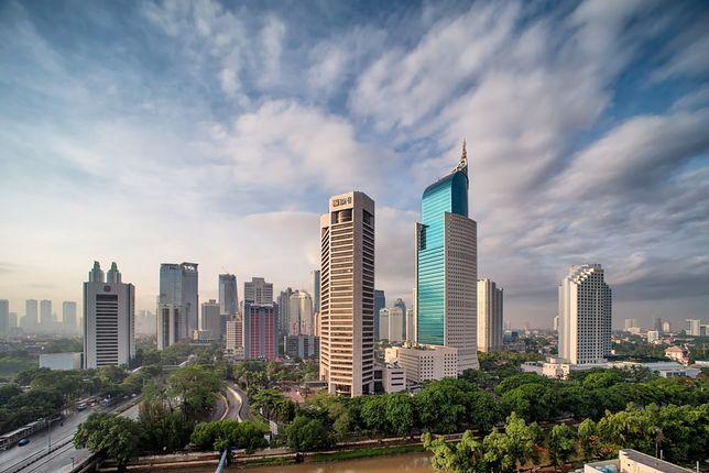 Dżakarta jest bardzo dużym miastem zamieszkiwanym przez ogromną populację ludzi, z tego powodu jest bardzo zakorkowana