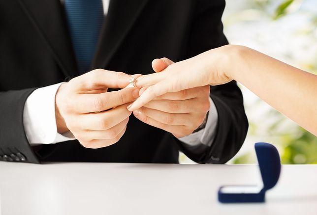 Dziewczynie nie spodobał się pierścionek zaręczynowy. Wybuchła gorąca dyskusja