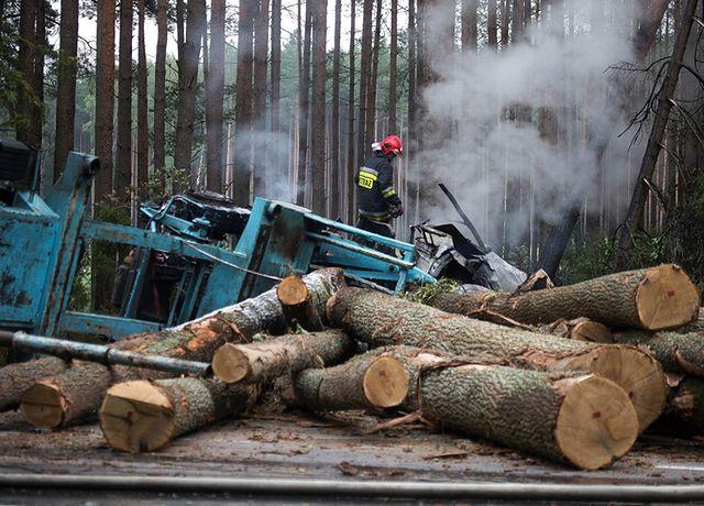 Ciężarówka przewożąca drewno zderzyła się z osobówką