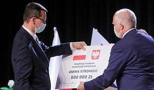 Premier Mateusz Morawiecki rozdaje samorządowcom promesy