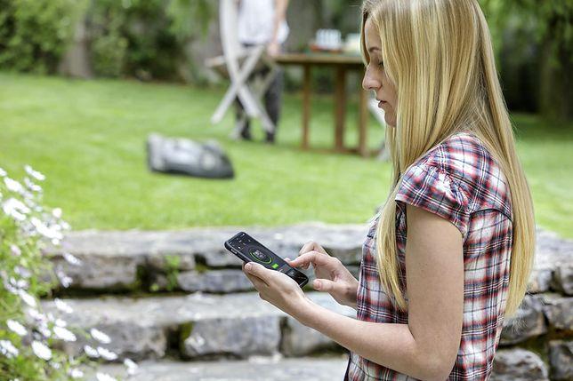 Kobieta kosząca trawę bezobsługowo dzięki robotom Automower®