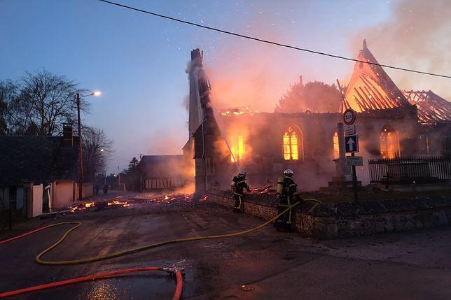 Pożar kościoła Saint-Aubin w Romilly-la-Puthenaye, w północnej Francji
