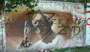 Zdewastowany mural z Janem Pawłem II