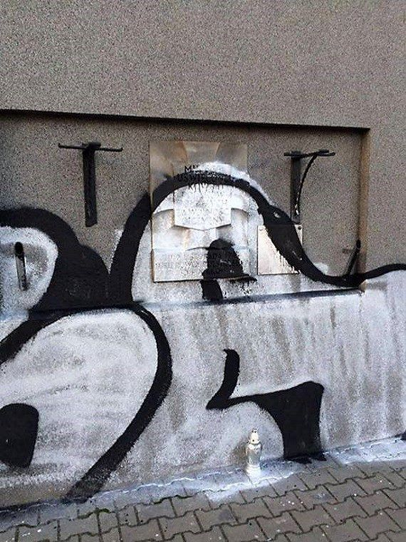 Zniszczyli pamiątkową tablicę. Mieszkańcy sami szukają wandala