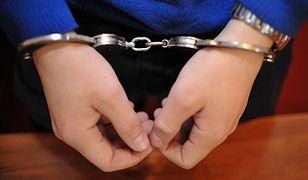 Nastolatkowie uciekli policjantom skuci ze sobą jedną parą kajdanek.