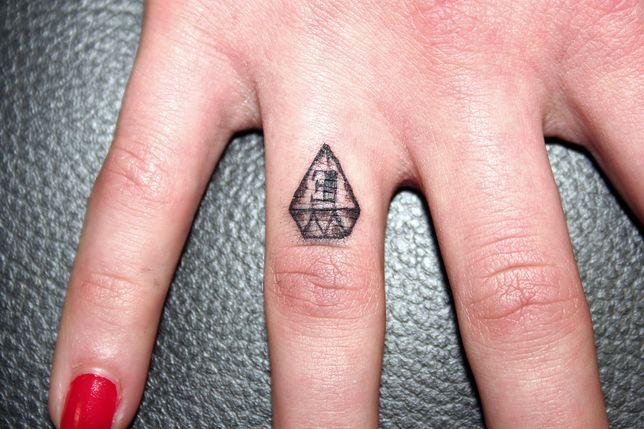 Tatuaż diament wykonany na palcu z powodzeniem zastępuje biżuterię