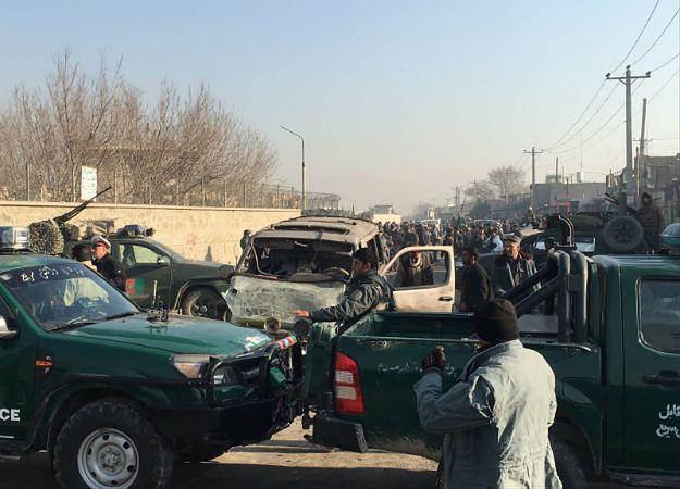 Miejsce eksplozji niedaleko lotniska w Kabulu