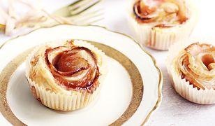 Jabłkowe róże z ciasta francuskiego. Szybki deser z sezonowymi owocami