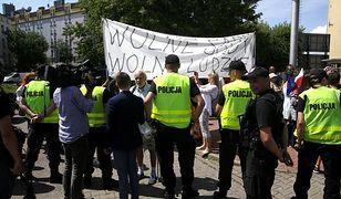 Protesty przed siedzibą PiS w Warszawie. Policja wyniosła kobietę poruszającą się o kulach