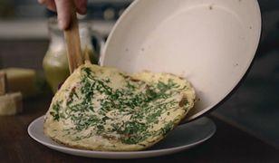 Jajecznica z czosnkowymi grzankami. Pyszny sposób na śniadanie