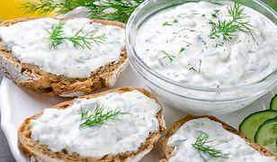 Dip tzatziki. Aromatyczny sos do grillowanych mięs