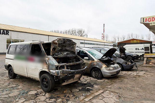 Spalone samochody przy ul. Marynarki Polskiej w Gdańsku