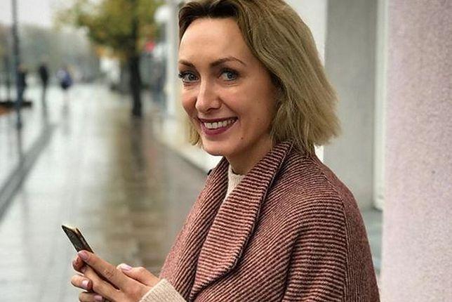 Posiniaczona Kalczyńska pozuje do zdjęcia. Fani stanęli za nią murem
