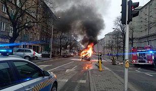 Warszawa. Nie pomogła akcja ratownicza. Samochód spłonął