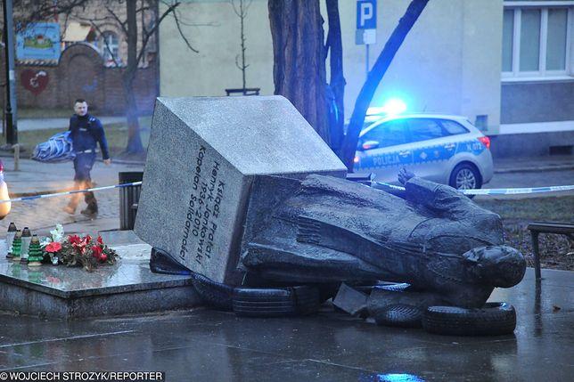 Pomnik księdza Henryka Jankowskiego został rano zasłonięty przez służby