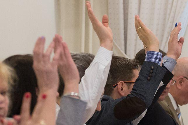 Głosowanie radnych (zdjęcie ilustracyjne)