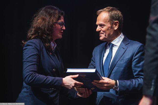 Prezydent Gdańska Aleksandra Dulkiewicz pochwaliła się dedykacją od Donalda Tuska