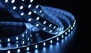 Taśmy LED zamontowane w łazience tworzą efekt świetlistych pasm