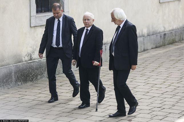 Jarosław Kaczyński przed operacją kolana. Ministerstwo Zdrowia ucina spekulacje na temat specjalnego traktowania polityka.