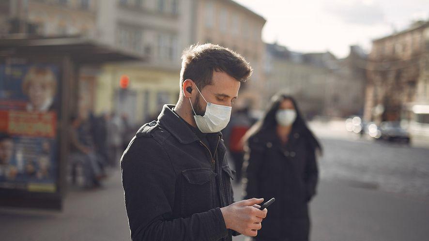 Brytyjska aplikacja zapobiegła 600 tys. zakażeń koronawirusem