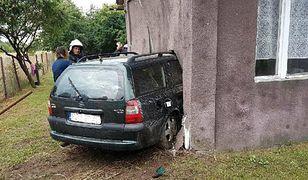Służby musiały wyciągać samochód z domu.