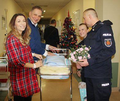 Funkcjonariusze stołecznej policji ze szczęśliwymi rodzicami