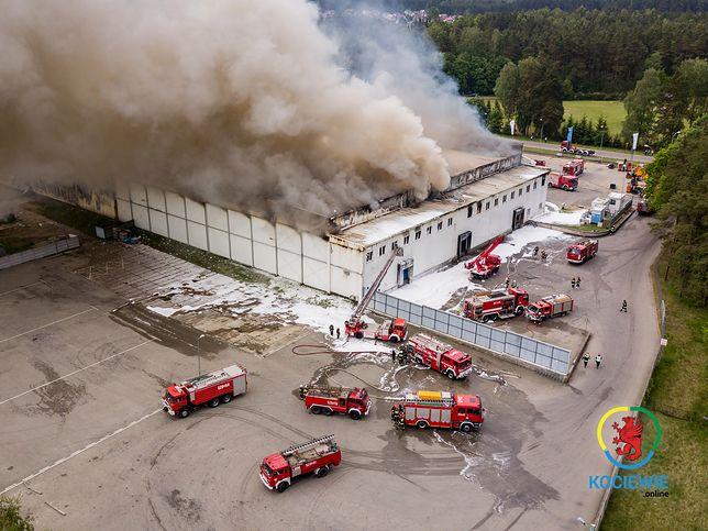 Pożar w Skórczu na Pomorzu. Na miejscu pracują strażacy z 3 województw