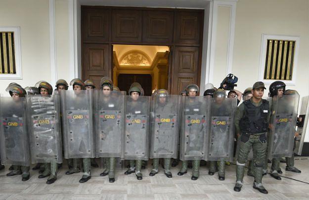 Wenezuelscy policjanci na straży wejścia do parlamentu