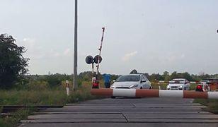 Kierowcy przejeżdżają przez zamknięty przejazd. Policja podzieliła się filmem