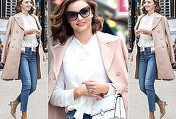 LOOK OF THE DAY: Miranda Kerr w jeansach, koszuli z twistem i pastelowym płaszczu