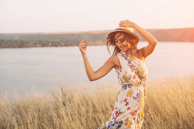 Sukienka w kwiaty to świetny wybór na lato