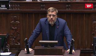 """Kłótnia w Sejmie. Adrian Zandberg mówi o """"brunatnych ławach"""", Dobromir Sośnierz ripostuje """"czerwonym komunistą"""""""